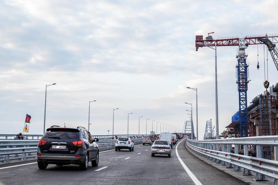 Те у кого нет своей машины, оплачивают такси для поездки по Крымскому мосту.