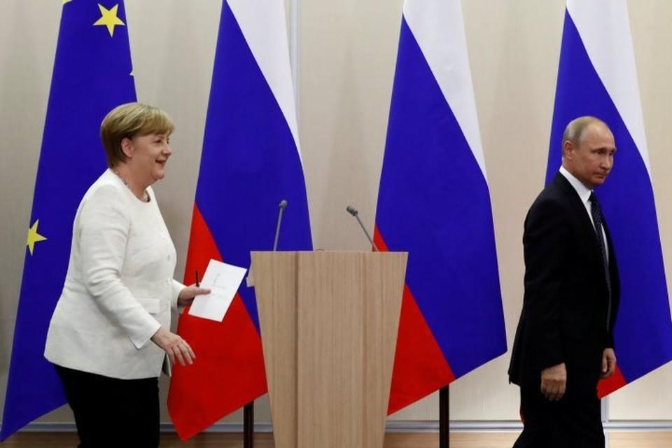 Канцлер ФРГ Ангела Меркель и президент РФ Владимир Путин после встречи в Сочи