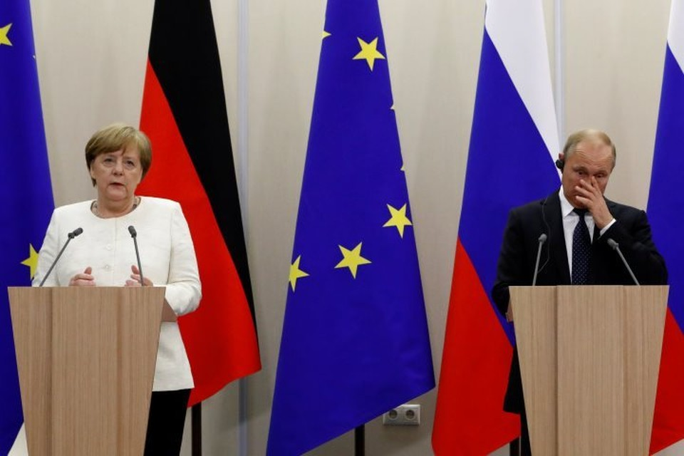 Канцлер ФРГ Ангела Меркель и президент РФ Владимир Путин на пресс-конференции в Сочи