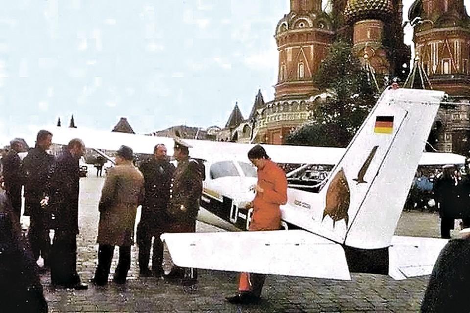 Самолет Руста остановился у храма Василия Блаженного: пока Матиас (справа) спокойно ждет, военные и сотрудники КГБ обсуждают, что делать дальше. Фото: avia.pro