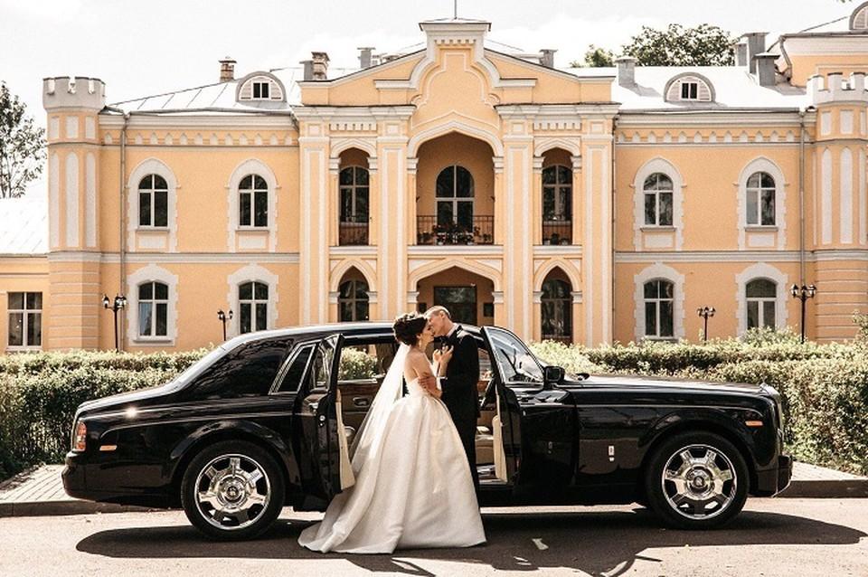 Большинство свадеб с хорошим бюджетом проводят за городом: в загородном клубе, ресторане, усадьбе и даже в замке.