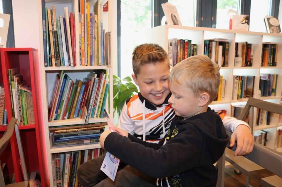 Денис Иванов (слева) – первый обладатель детской карты Почта Банка