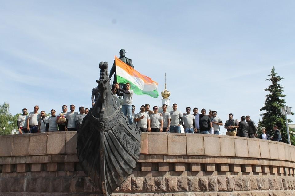 Завершилась встреча фото у памятника Афанасию Никитину. Фото: пресс-служба администрации Твери
