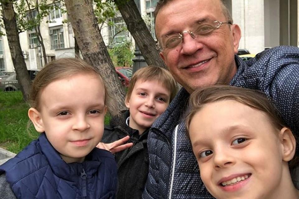 Звезда 90-х Роман Жуков воспитывает шестерых детей. Фото: Инстаграм.