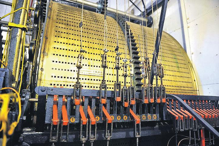 Вес механизма курантов на Спасской башне (без колоколов) - 25 тонн. На снимке - музыкальный механизм: барабан, позволяющий главным часам страны играть гимн России.