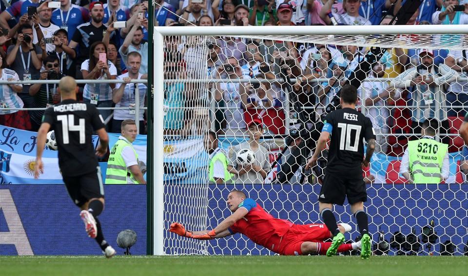 Лионель Месси не забил пенальти в матче с Исландией.