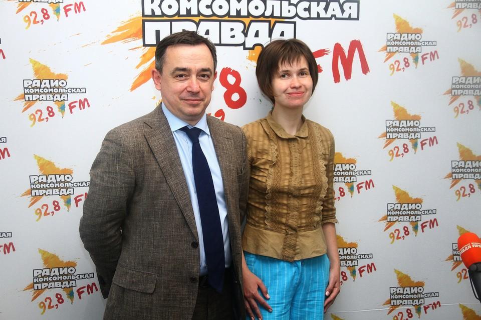 заместитель генерального директора компании «Нижфарм» Иван Глушков и медицинский журналист Екатерина Алтайская