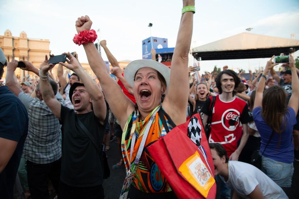 Болельщики сегодня на площади Куйбышева были счастливы