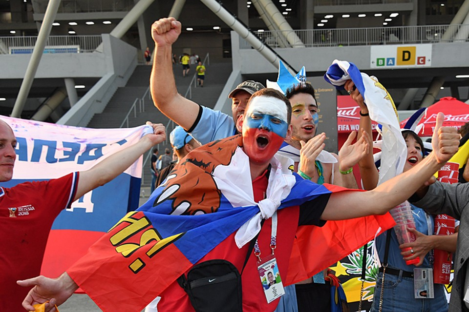 Русские люди, опьяненные победоносным шествием сборной России, готовы отдать любые деньги, только чтобы увидеть этот исторический момент