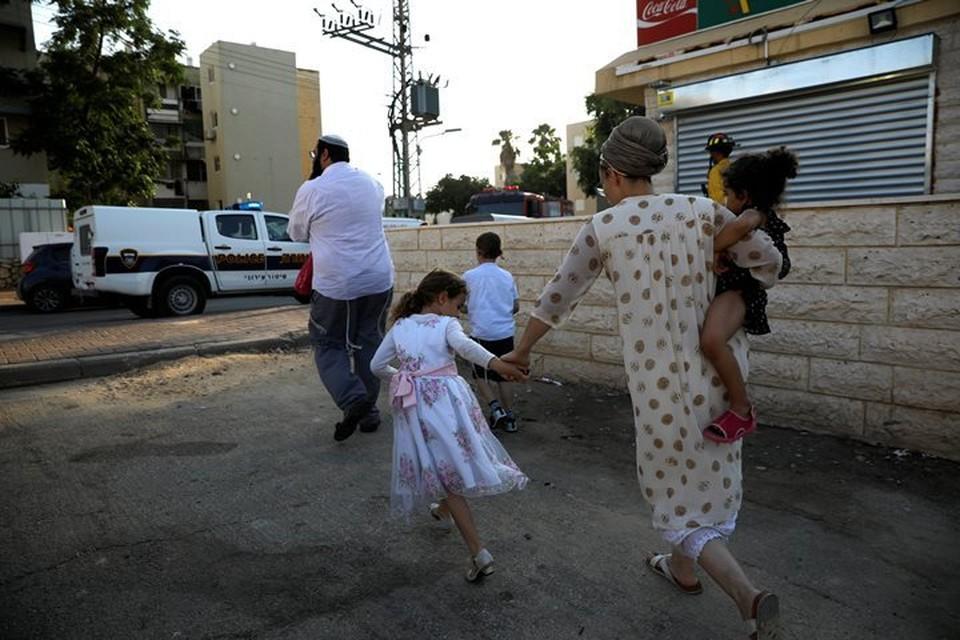 Израильтяне бегут в бомбоубежище после срабатывания сирены