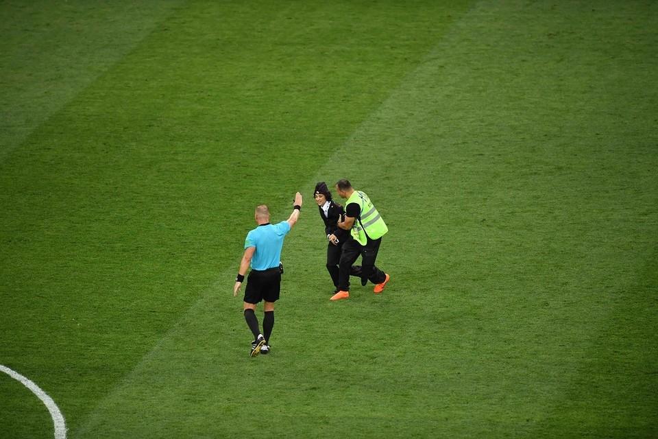 Во время матча Франция-Хорватия на поле выбежали люди