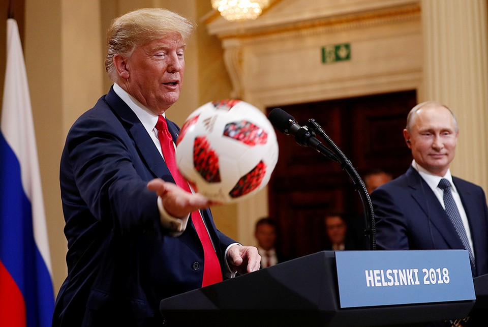 Президент РФ Владимир Путин подарил американскому коллеге Дональду Трампу официальный мяч ЧМ-2018