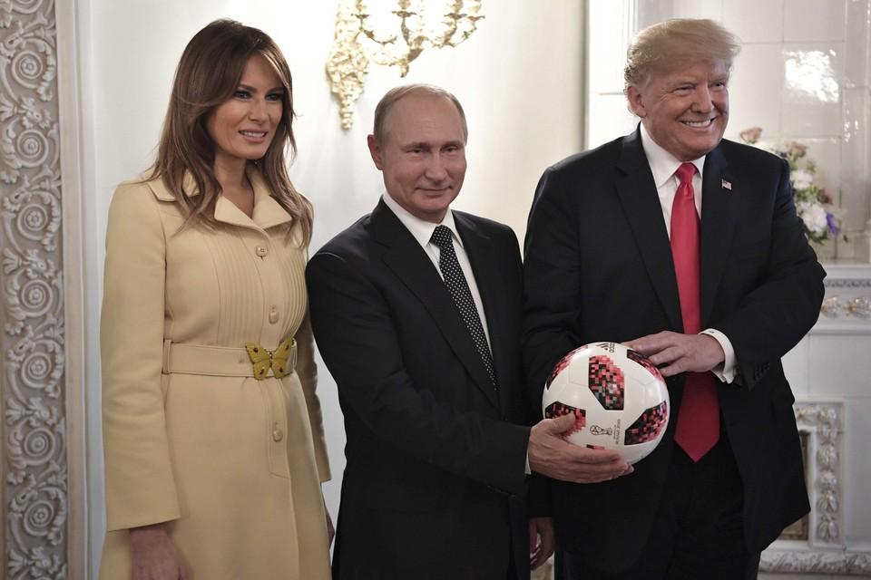 Первая леди США Мелания Трамп с супругом Дональдом и президентом России Владимиром Путиным