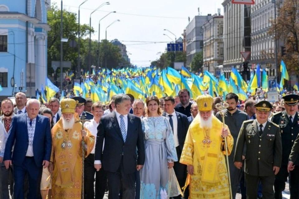 Президент Украины Петр Порошенко с супругой на шествии в честь 1030-летия Крещения Руси