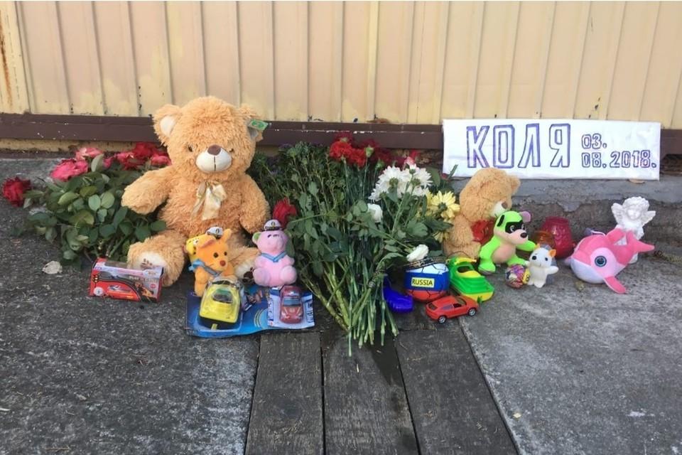 Неравнодушные жители города с самого утра несут к месту гибели Коли игрушки.