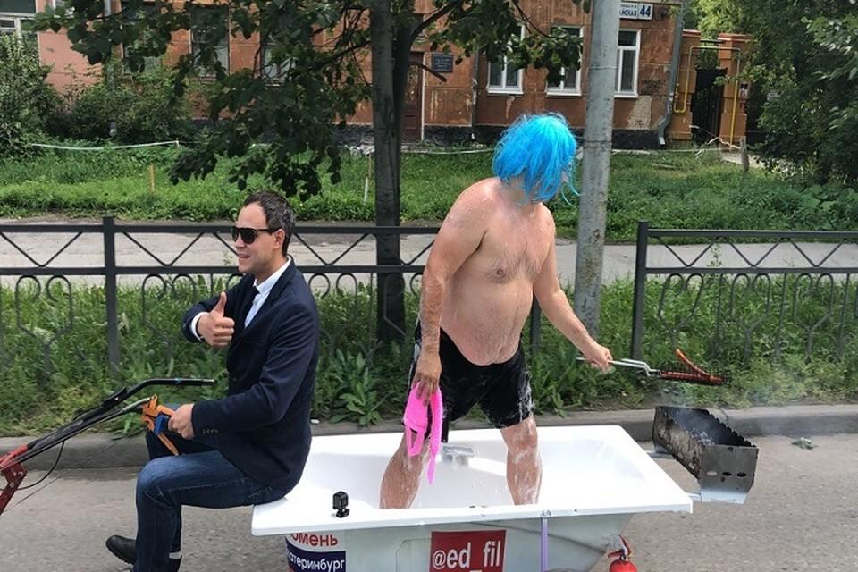 По улицам Екатеринбурга прокатился блогер в ванной. Фото: Эдуард Филиппов