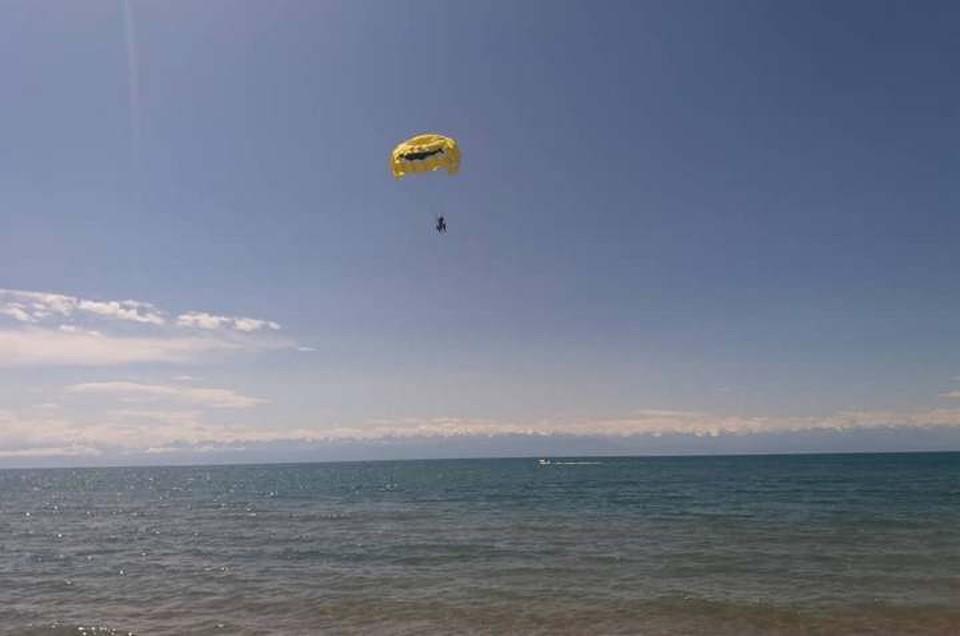 Полет под парашютом на длинном буксирном тросе за катером - любимое развлечение туристов, которое часто заканчивается травмами.
