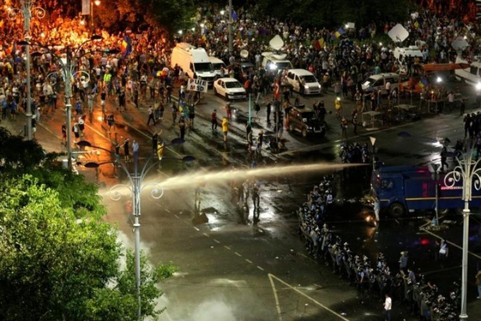 Для разгона протестующих силовики применили слезоточивый газ и водометы