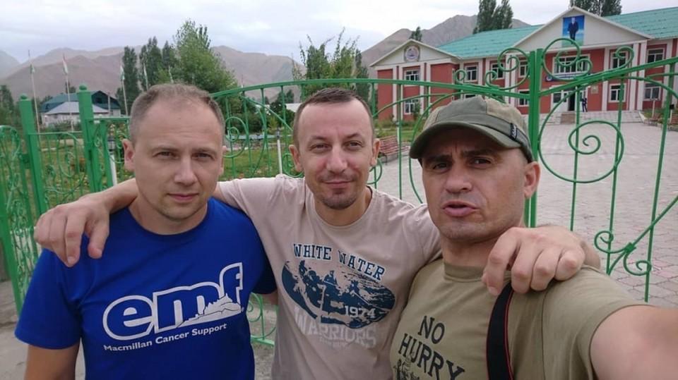 Все трое были на борту Ми-8 в Таджикистане. Руслан Тараканов (справа), к сожалению, погиб