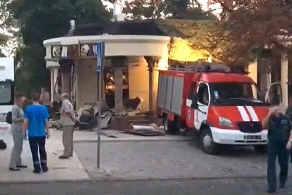 """Место взрыва возле кафе """"Сепар"""", унесшего пять жизней. ФОТО: Кадр из видео телеканала РОССИЯ"""