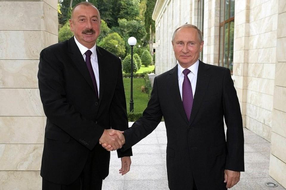 Президент РФ Владимир Путин (справа) и азербайджанский лидер Ильхам Алиев