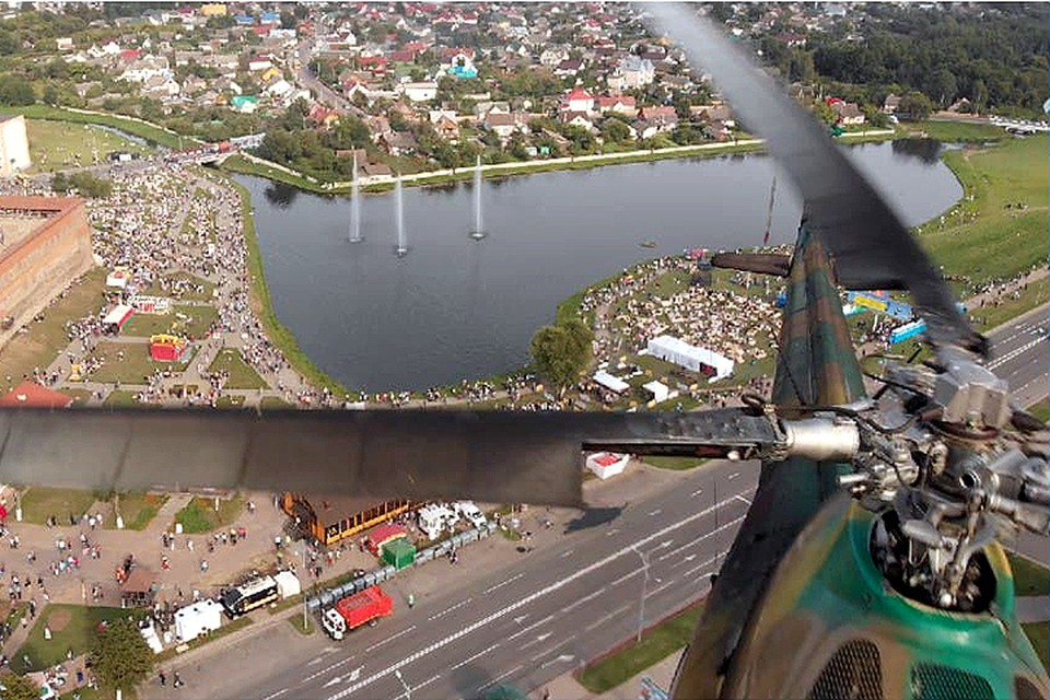 Видеофакт: над фестивалем LIDBEER вертолет с туристам едва не врезался в дрон. Кадр из видео.