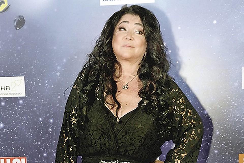 51-летняя Лолита в облегающем платье не смогла скрыть настоящую фигуру и лишние килограммы (фото)