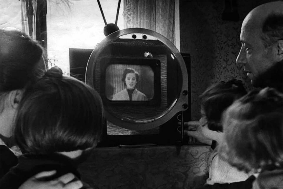 Телевизор работал по 1,5-2 часа в день, и его смотрели всей семьей. Фото: gtrk-vyatka.ru