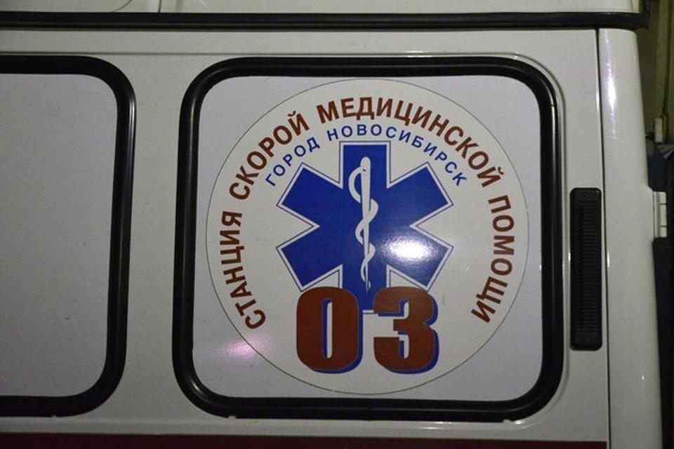 Раненного подростка увезли со школы в больницу.