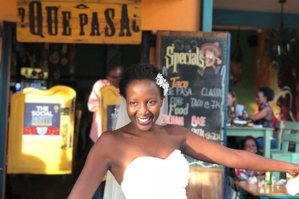 В Уганде женщина вышла замуж за себя в местном баре