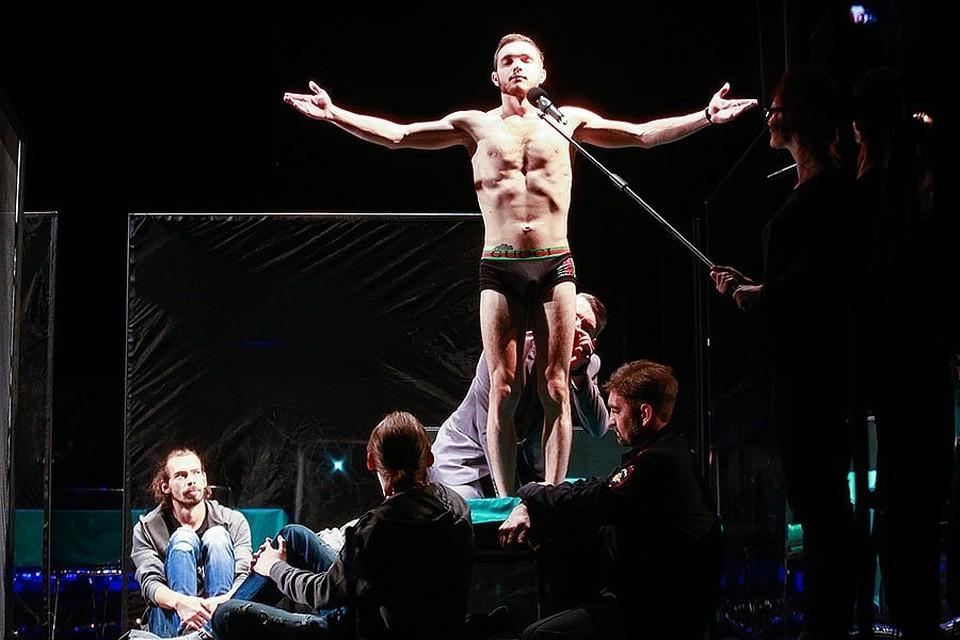 """Спектакль """"Ревизор"""" на псковской сцене вышел неоднозначным. Фото: Андрей Кокшаров."""