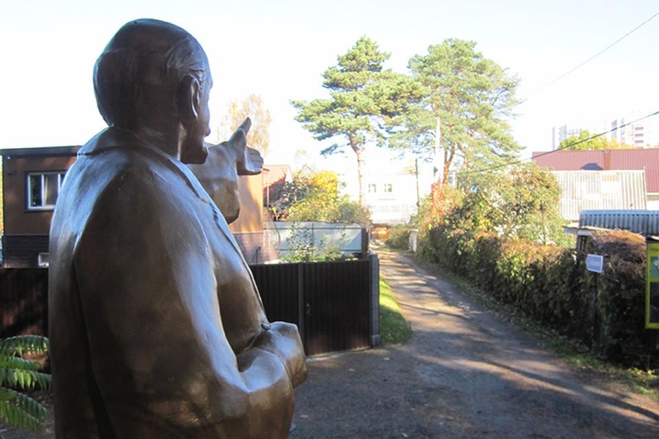 """Ленин указывает дачникам садового товарищества """"Лучеса"""" правильный путь. Фото: предоставлено членами товарищества."""