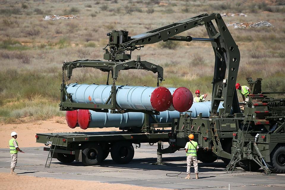 Погрузка ракет зенитно-ракетного комплекса С-300. ФОТО Сергей Бобылев/ТАСС