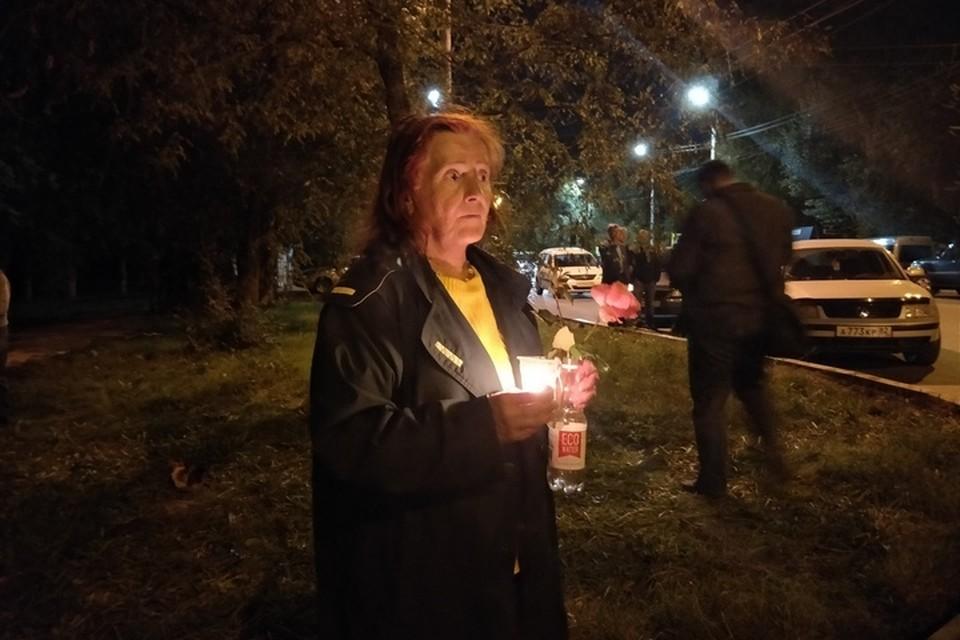 Люди всю ночь приносили к месту трагедии цветы и игрушки, зажигали свечи.
