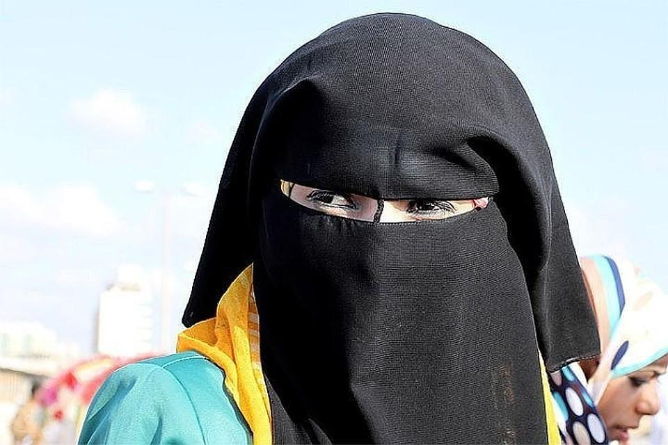 Алжирским женщинам запретили носить никаб на работе