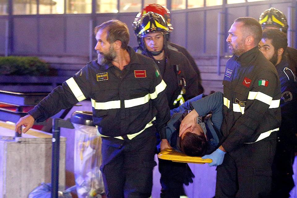 Эвакуация пострадавшего в аварии эскалатора в римском метро.