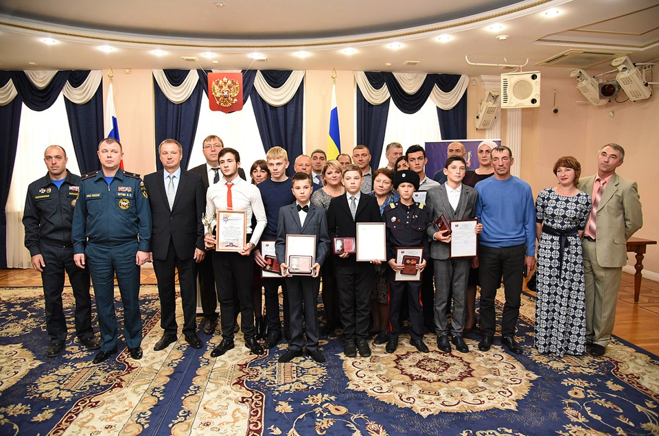 Ребятам вручили заслуженные награды. Фото: пресс-служба ЗС РО.