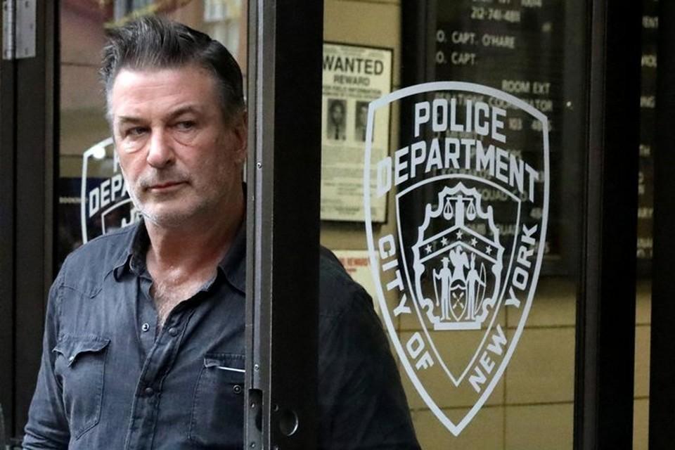 Алек Болдуин выходит из полицейского участка в Манхэттене