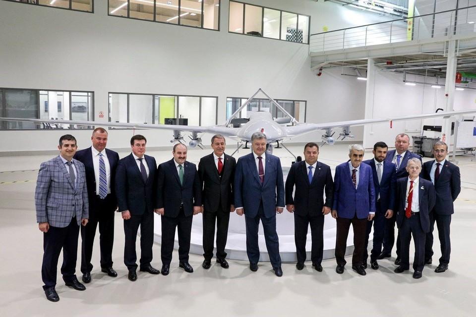 Президент Украины Петр Порошенко на фоне турецкого ударного БПЛА Bayraktar TB2.