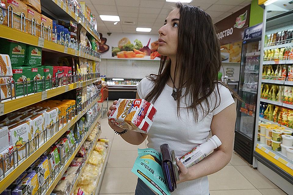 Как так получается, что зарплаты растут, но покупают на них россияне все меньше?