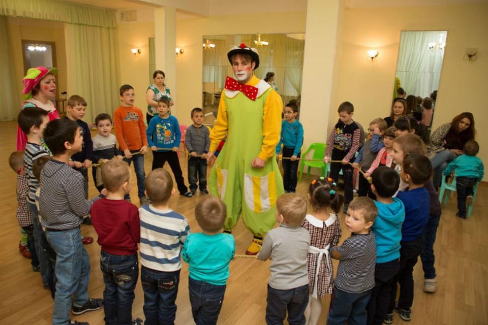 Артисты театра «МимИГРАнты» и их маленькие друзья.