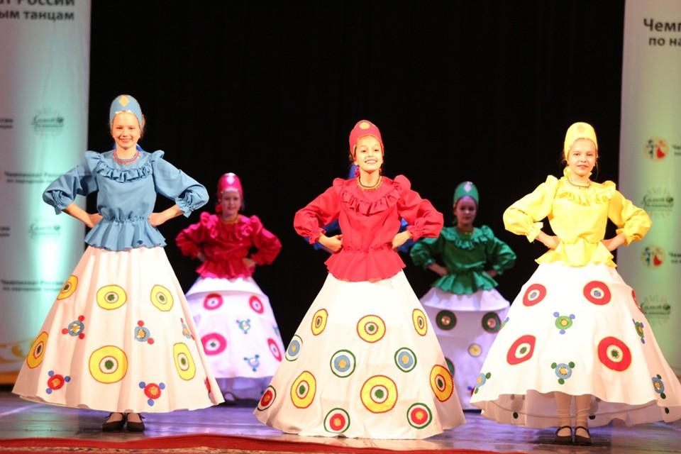 Тридцать танцоров образцового художественного коллектива хореографического ансамбля «Бусинки» получили три диплома в номинациях «Народный танец» и «Детская возрастная категория». Фото: Детская школа искусств города Пскова