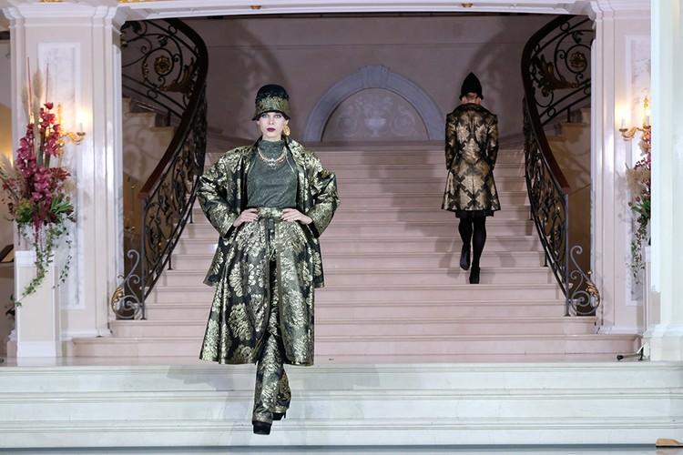 Многослойный брючный костюм с юбкой стилисту Жуковой пришелся по нраву.