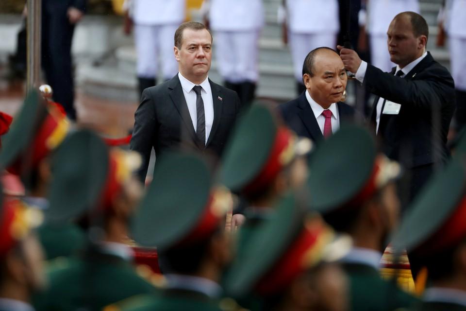 Премьер-министр Вьетнама Нгуен Суан Фук и его российский коллега Дмитрий Медведев
