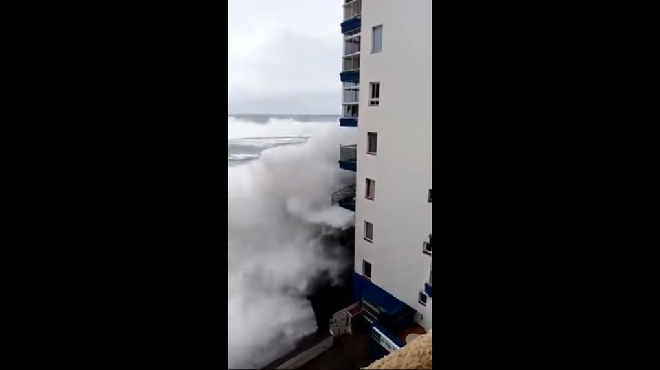 Шторм на Тенерифе разрушил балконы отелей Фото: кадр с видео
