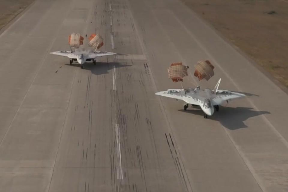 Появилось видео синхронной посадки двух истребителей Су-57