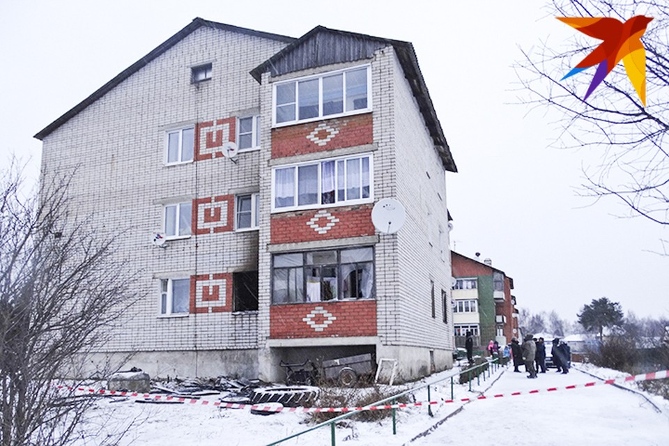 Огонь вспыхнул на первом этаже трехэтажного кирпичного дома около полудня - в квартире, где жила 42-летняя мать с четырьмя детьми