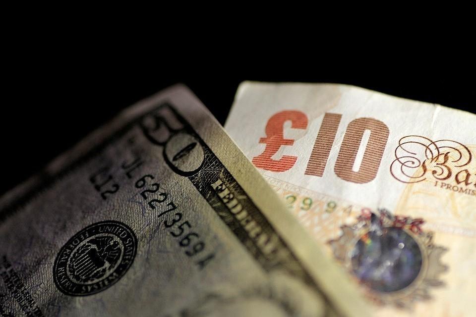 Курс доллара и евро снизился из-за улучшения геополитического фона вокруг России.