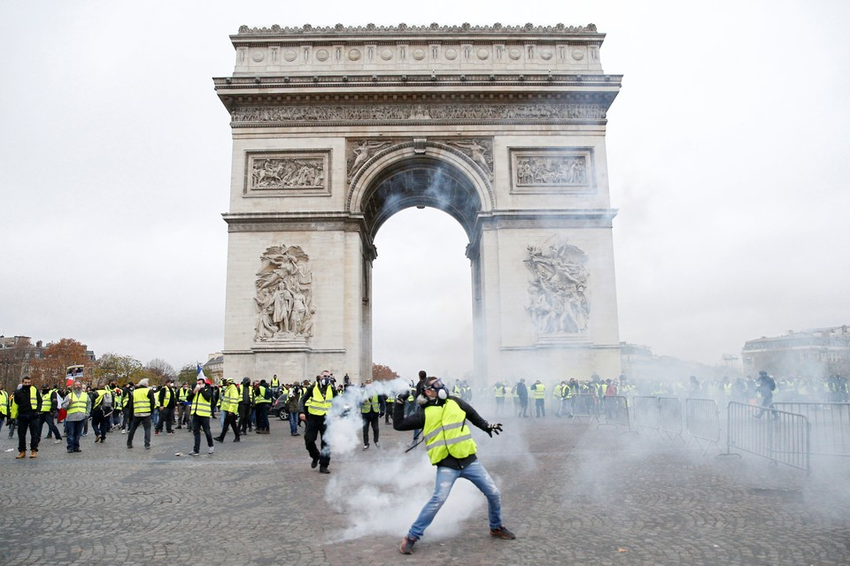 Столкновения протестующих с полицией произошли около Триумфальной арки