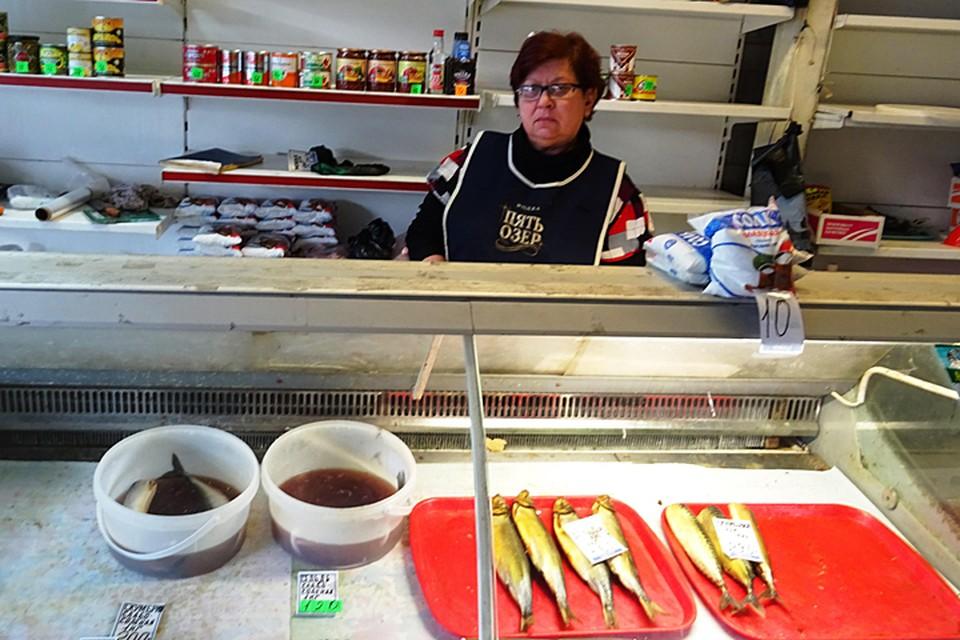 Продавец рыбы Елена одна одинешенька в своем бутике